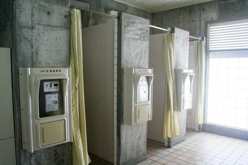 管理事務所の隣に更衣室、シャワー、トイレを完備している