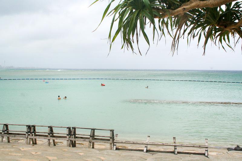 ビーチの左半分が遊泳エリアになっている