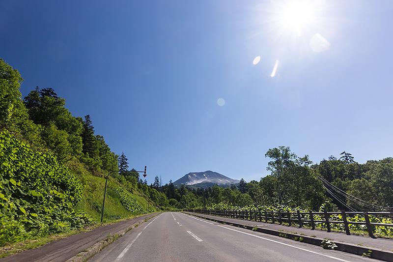 旭岳山麓駅へ向かう道路。気持ちのよいワインディングロードで、運転していて楽しい道