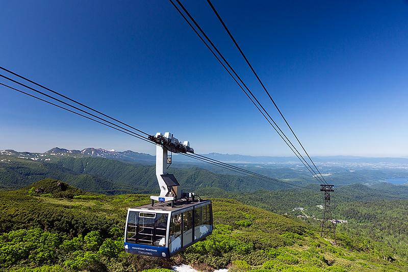 旭岳へは旭岳ロープウェイでアクセス。ロープウェイからの景色も素晴らしい