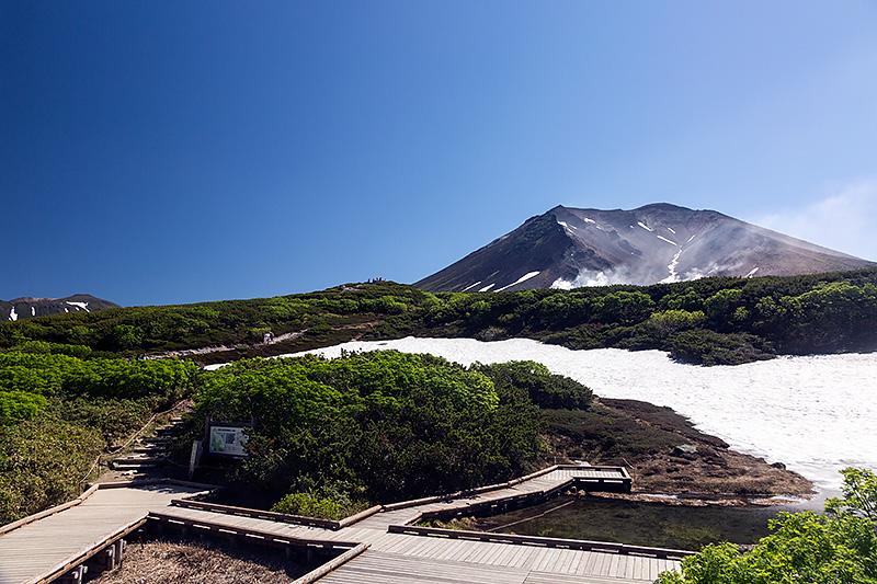 姿見駅から旭岳を望む。目の前には根雪が見られる