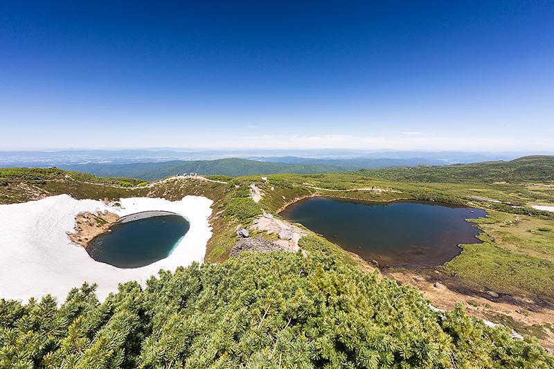 右が鏡池、左が擂鉢池。2つ合わせて夫婦池と呼ばれている