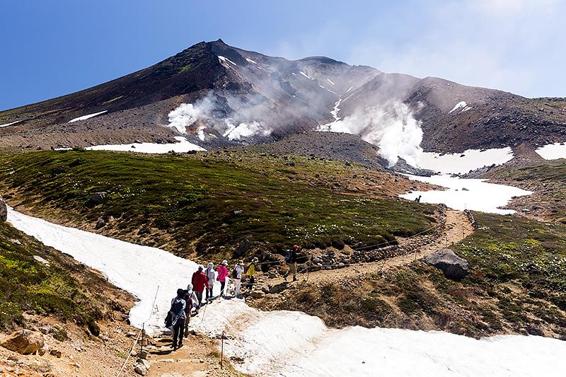 旭岳に近づくと、山麓から噴出するガスのせいで硫黄臭がする