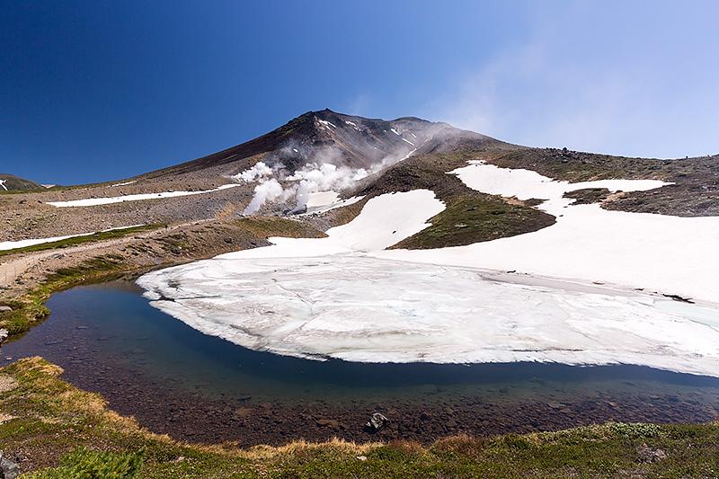 姿見ノ池と旭岳。雪が多く、池に映る旭岳を見ることはできなかった