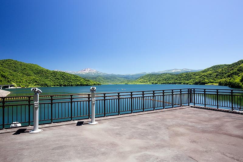美瑛から旭岳に向かう際の途中にある忠別湖。ダムの造成に伴ってできた人工湖