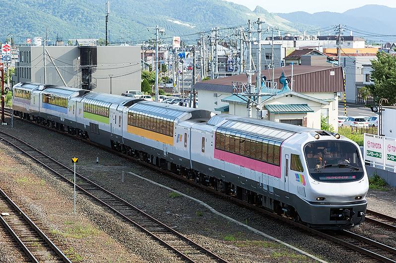 JR北海道 富良野駅は富良野の玄関となる駅。富良野市は北海道の真ん中辺りに位置することから、北海へそおどりという祭りが開催されている