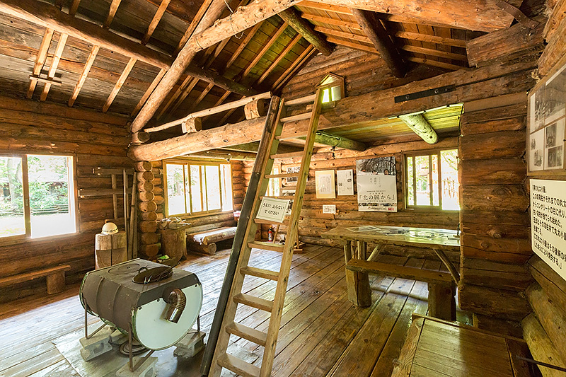 丸太小屋の屋内