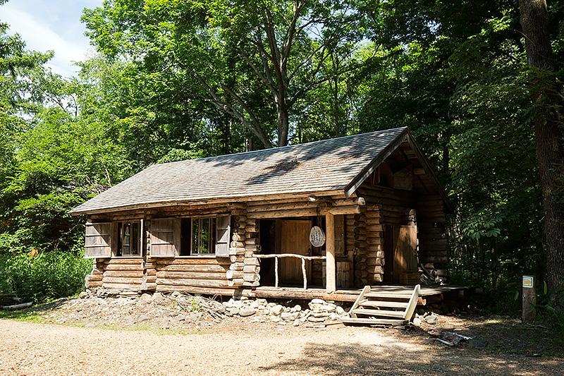 テレビドラマの17話で作り始め24話で完成した丸太小屋の家。正吉と純の火の不始末から燃えてしまった家だが、燃えるシーンは別のセットを用いており、こうしてきちんと家が残っている