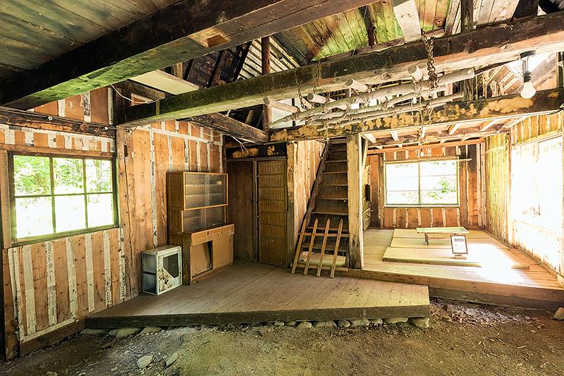 3番目の家は老朽化が激しく、のぞき込むことしかできない。北の国からファンの方は、早めにおとずれたほうがよいだろう