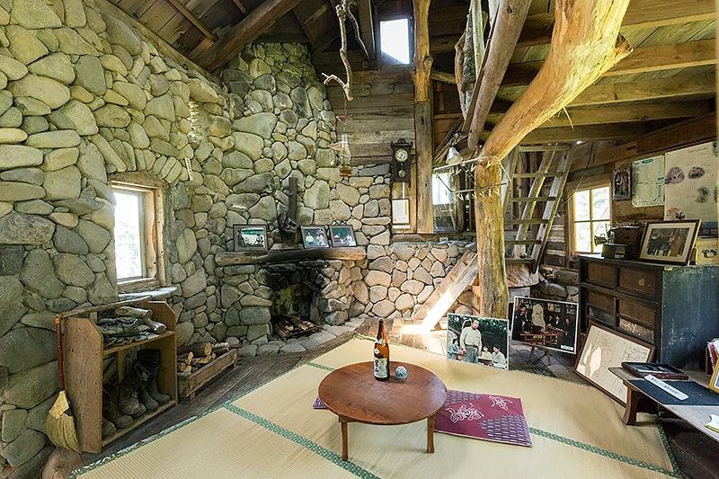 石の家内部