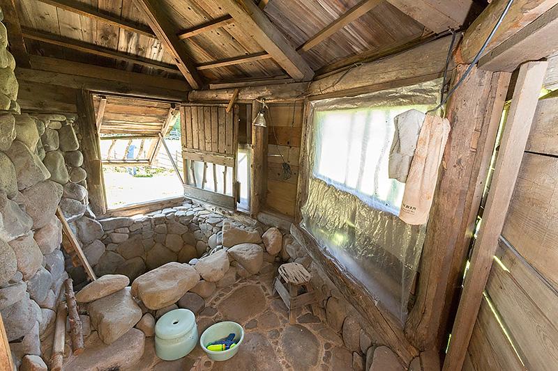 石の家の中に入ることができ、石のお風呂を見ることもできる