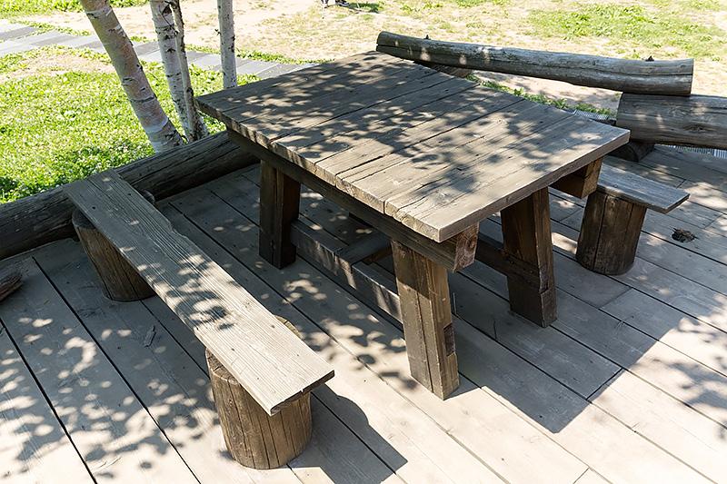 石の家の外にあるテーブル