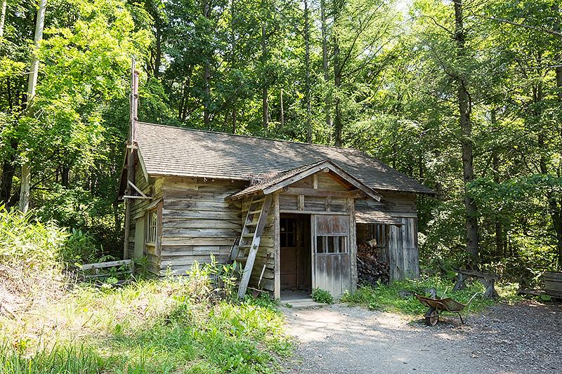 2006年に五郎の石の家エリアに移築された「最初の家」。東京から引っ越してきた黒板一家が最初に住んだ