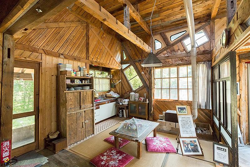 雪子の家の内部。廃材が活かされている
