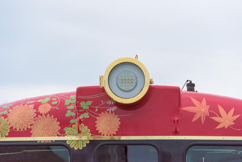 従来の前照灯は撤去され、大型の旧型前照灯を模したLEDライトを装備