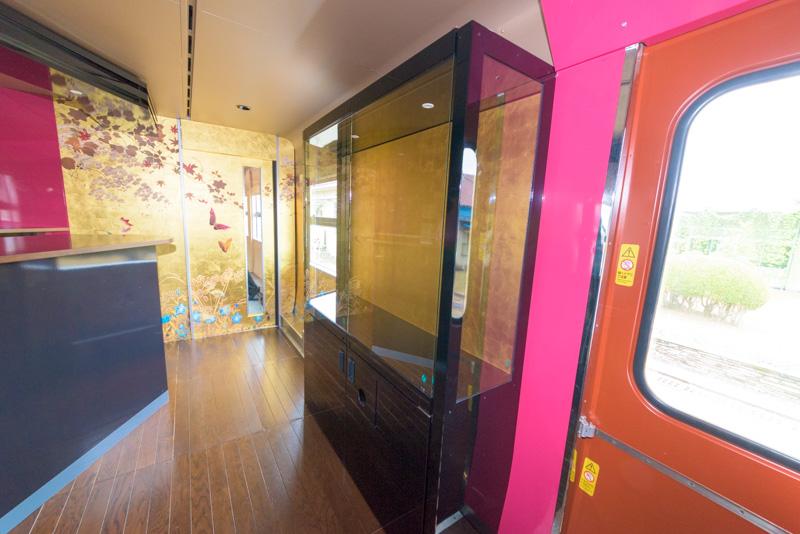 伝統工芸品を展示する棚。こちらもこれから展示品が設置される。この棚の背面の部分には金箔が使われている