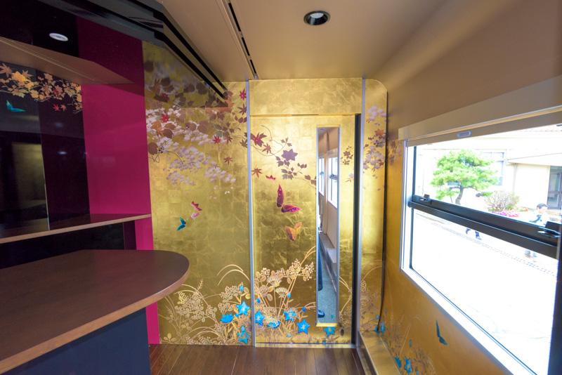 金箔が使われた壁面の装飾