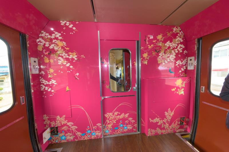 物販スペースの反対側の壁面。こちらも華やかなデザイン