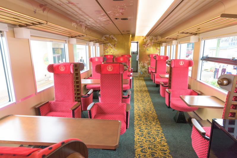 座席は、1人用席が6席と4人用席4組、2人用席3組という構成