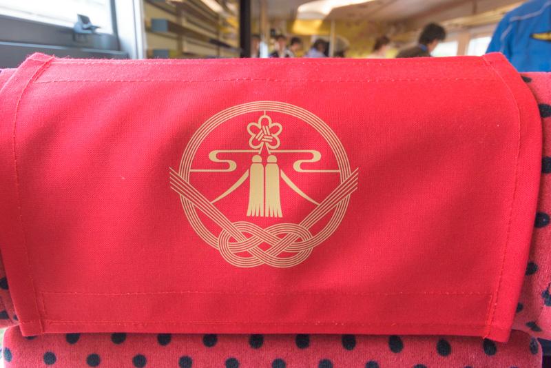 座席のヘッドレストにも「花嫁のれん」のロゴ