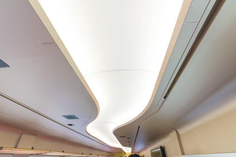 天井の照明も流水をイメージしている
