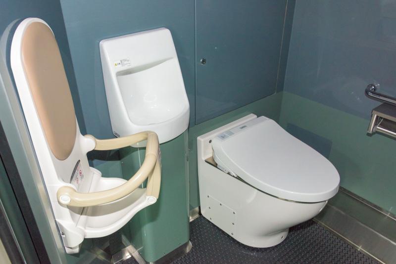 トイレは車いす対応でチャイルドシートとおむつ交換用のベッドがある