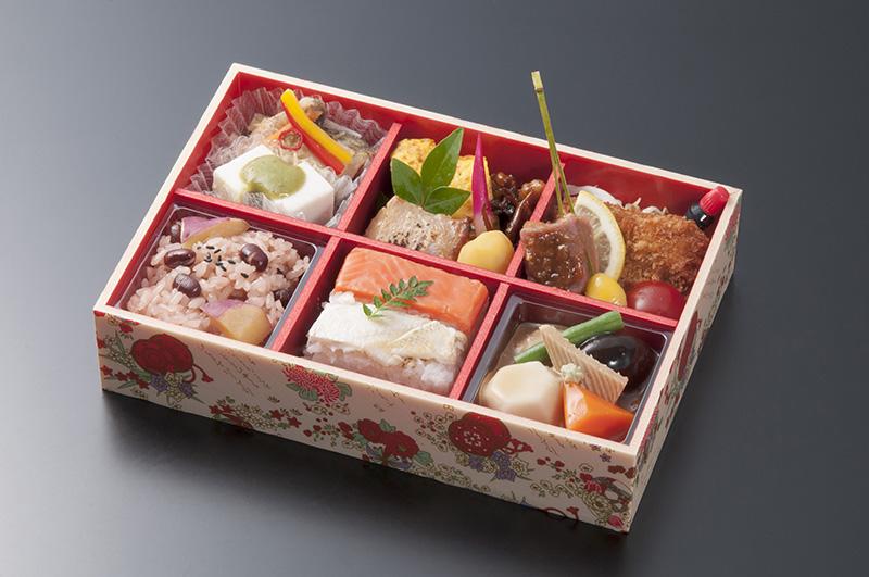 和倉温泉駅12時07分発の「花嫁のれん2号」で「和食セット」(2500円)を提供。事前予約が必要(写真提供:JR西日本)