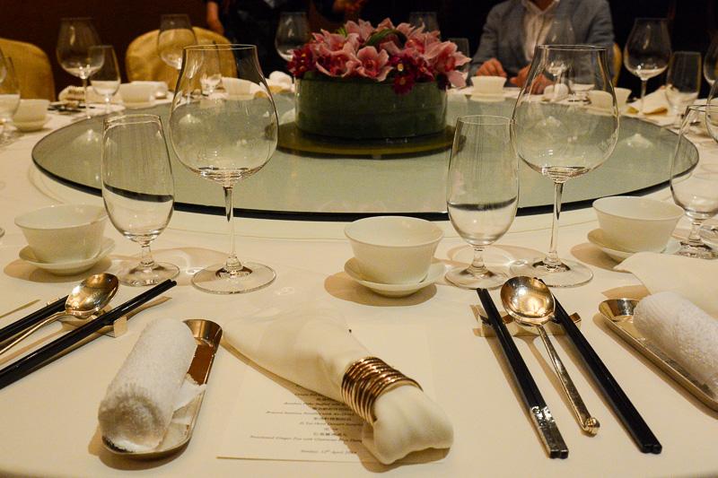 店内は中華料理店らしく回転テーブルが置かれる。店内はライティングも柔らかく、落ち着いて食事ができる雰囲気