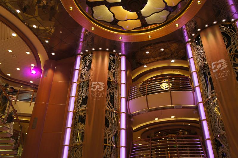 アトリウムのエレベーターには50周年記念の垂れ幕が