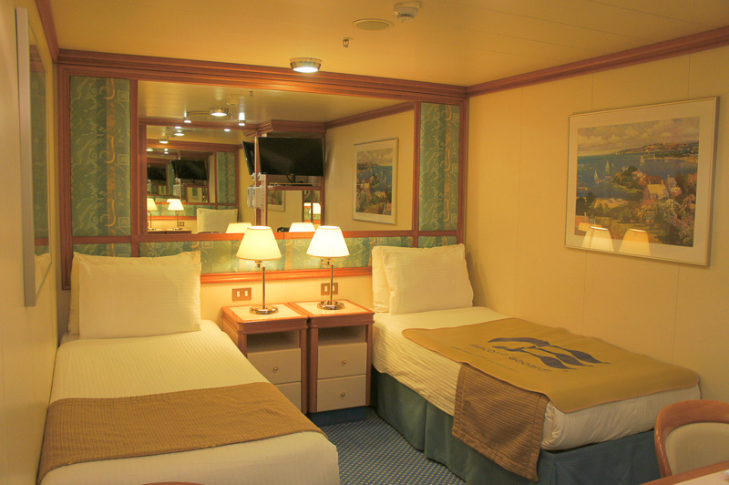ベッドのほか、カウンターデスクのまわりにTV、ドライヤーもあり。クローゼットは充分なスペース。