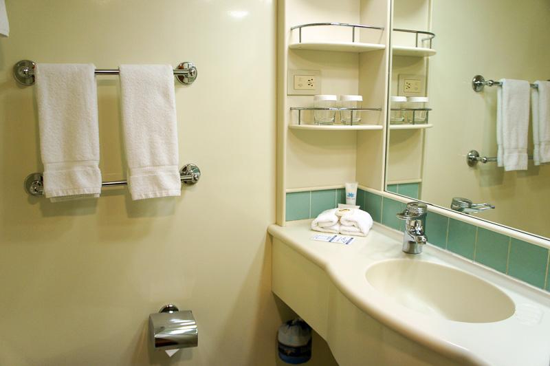 シャワー室と洗面台。リンスインシャンプー、石鹸、ボディクリームなどのアメニティは完備されているが、歯ブラシは用意されていないので持参を。