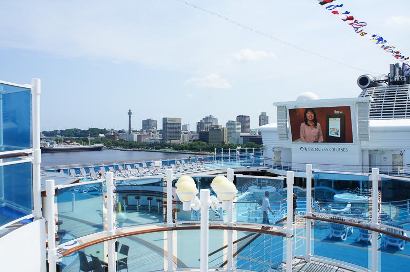 15階部分に大型液晶スクリーン「ムービーズ・アンダー・ザ・スターズ」をプールの脇のシートから眺めることもできる