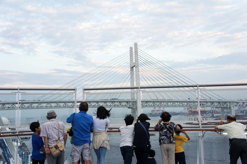 迫ってくる横浜ベイブリッジ。前方からデッキ最上階の16階へ移動