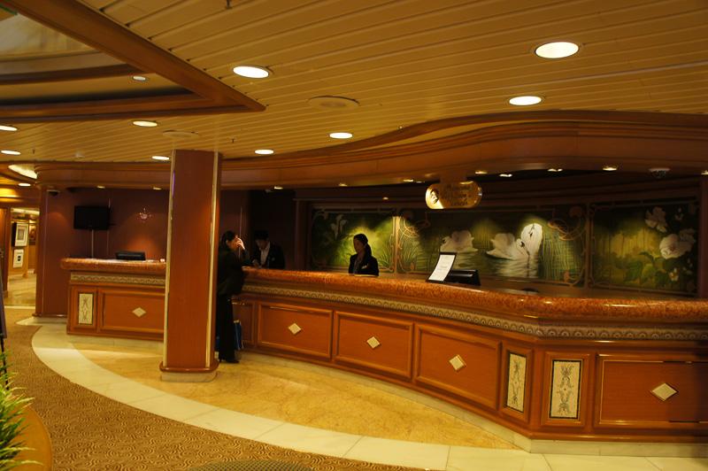 5階のツアーデスクでは日本人スタッフが対応。ショアエクスカーション(オプションの申し込み)も5階で