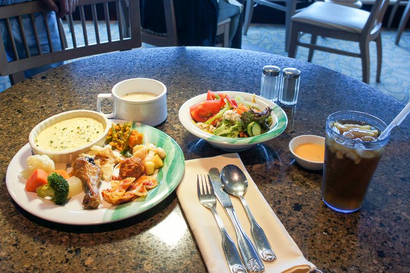 肉、魚介、野菜類と朝食やランチもバランスよく