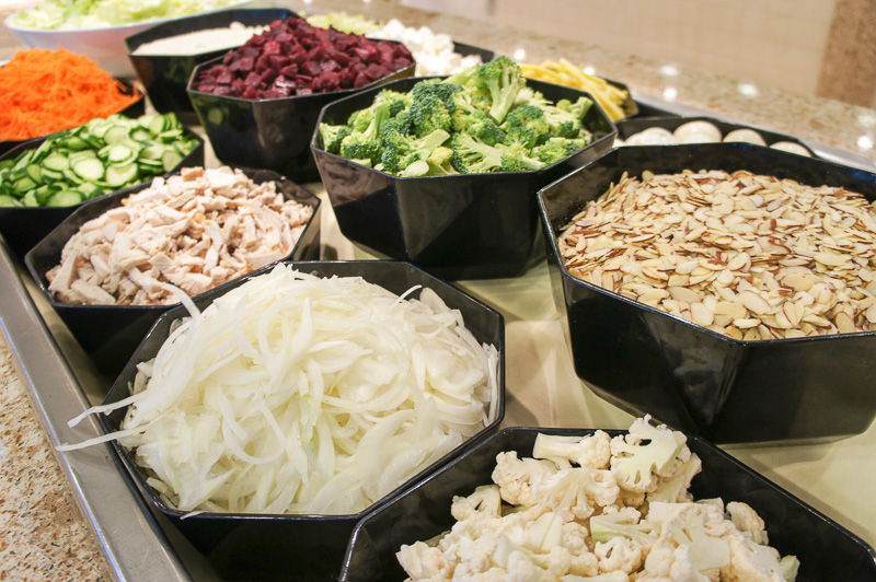 常時15種以上の生野菜と温サラダなども種類豊富。ドレッシングもバルサミコ酢、ごまみそ、チーズソースなど10種以上
