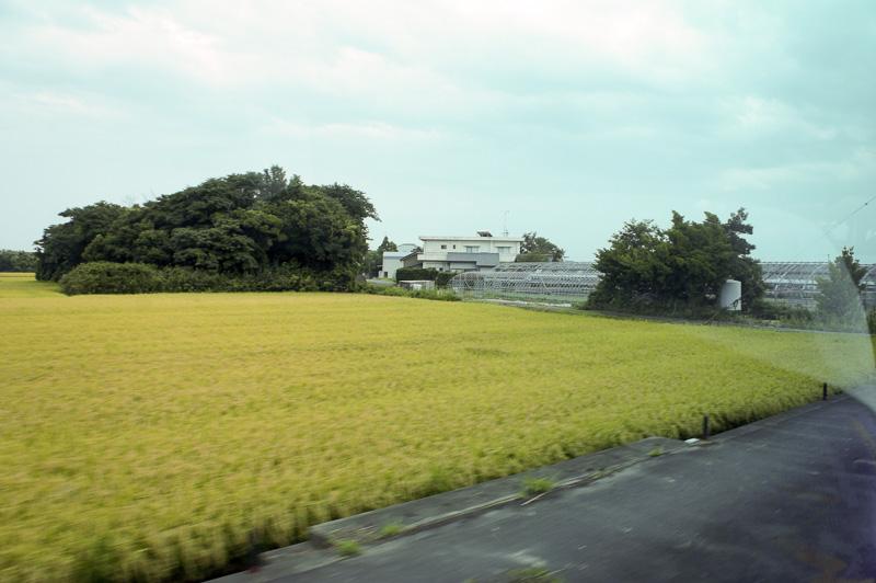 バスの車窓からはのどかな田園風景が広がったが、会場周辺の町は賑やか