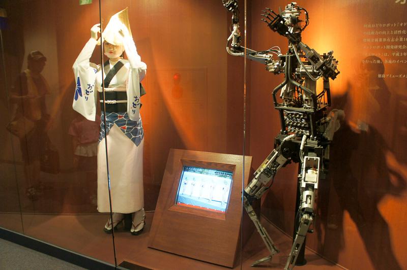 阿波踊りを踊る「オドロット」の展示も。1階はすだちなどの特産品が並ぶ
