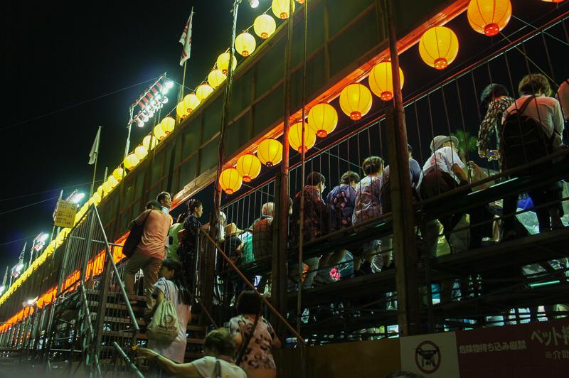 夜の帳が降りるとより夏祭りらしい雰囲気に。桟敷席の特等席へ