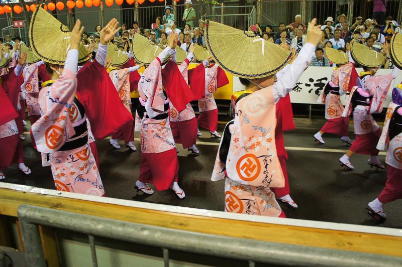 最前列は踊り子の息づかいまで聞こえてきそうな迫力。笛や太鼓も響く