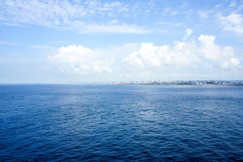 デッキチェアから兵庫県神戸市と淡路市にかかる明石海峡大橋を眺める