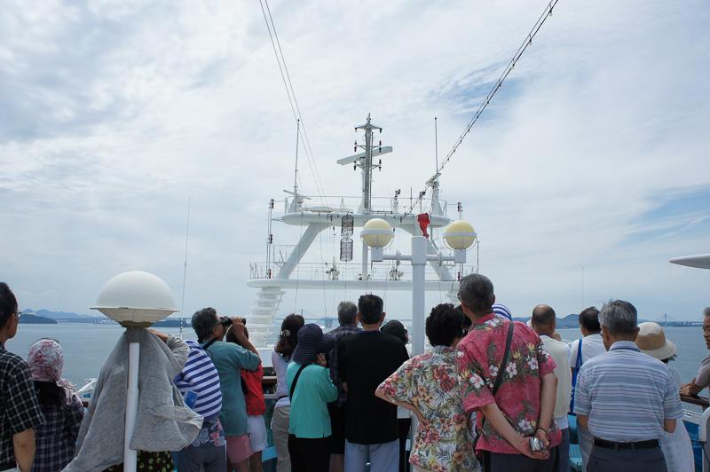 橋本先生がデッキで解説をし、いよいよ瀬戸大橋が近づいてくると船上は混雑