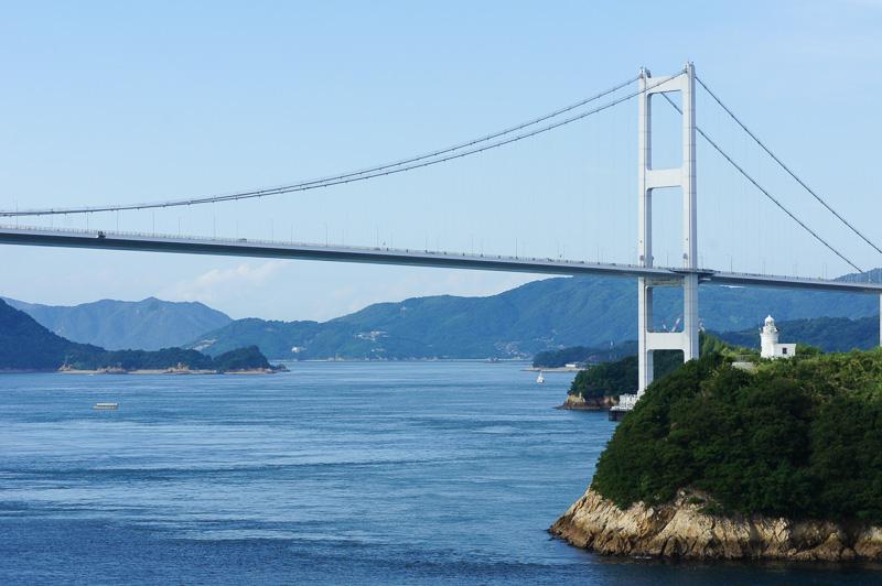 島と橋と海が引き立て合うような風景美