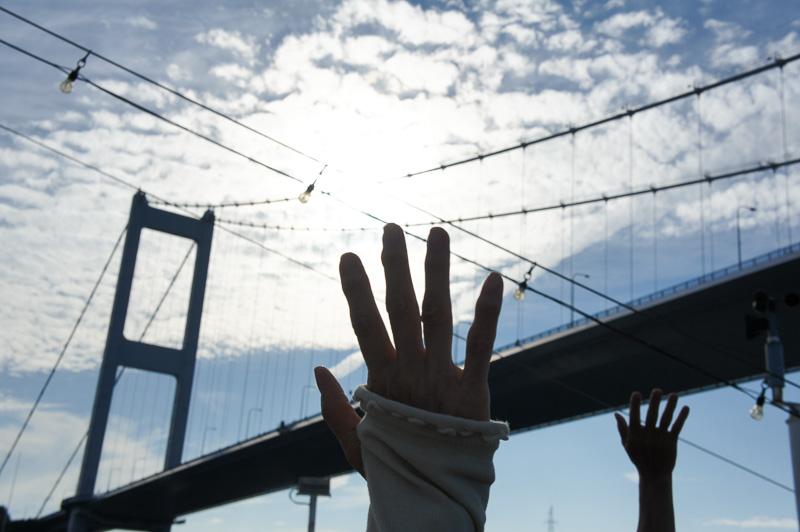 来島海峡大橋の下を通過。手を振っている人の姿も見えた