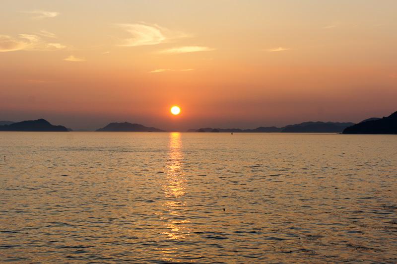 瀬戸内海がオレンジ色に染まる