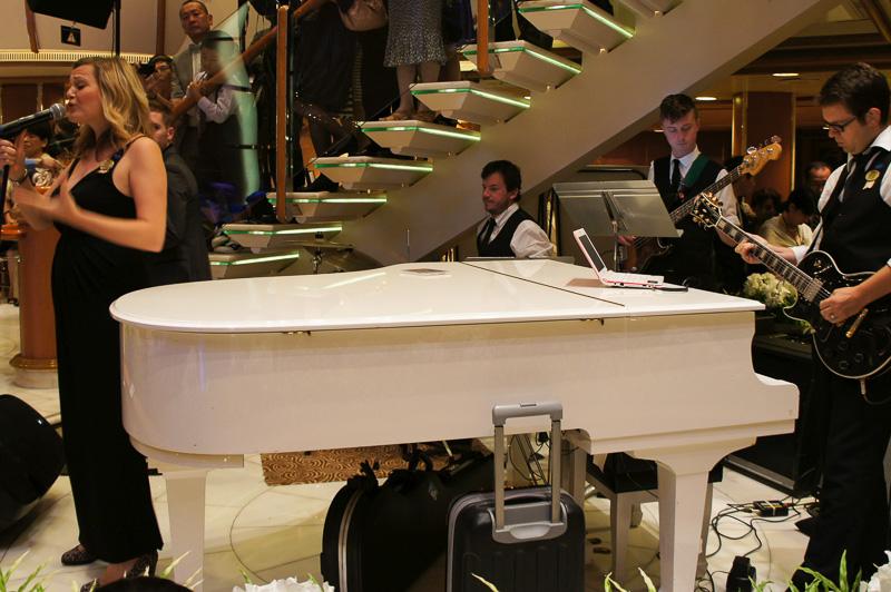 生バンドの演奏とともに会場は盛り上がる。順番に並んでシャンパンタワーフォールを体験