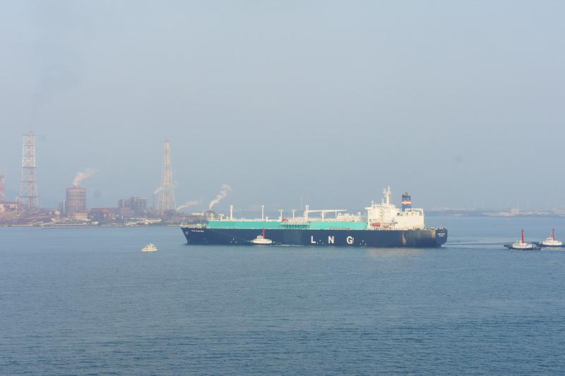 電気や石油関係の工業船も多く通過する