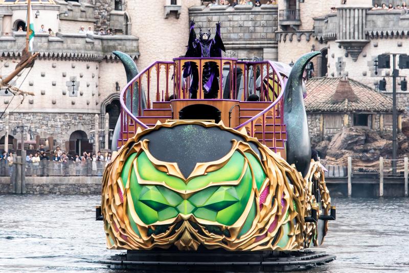 マレフィセントを乗せた船が港の中央部で停止すると、マレフィセントが招待したディズニーのキャラクターを紹介