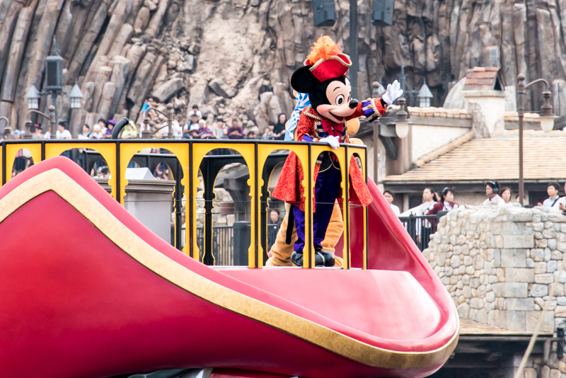 キャプテン・フックの船に海賊風のミッキーマウスが登場
