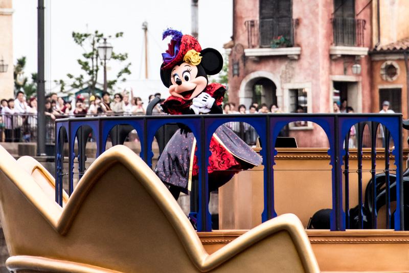 ウィックド・クイーンの船には女王風のミニーマウスも登場